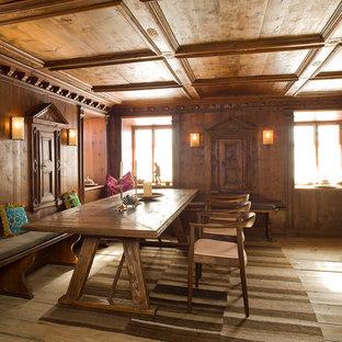 Imagen de comedor rústico con suelo de madera en tonos medios