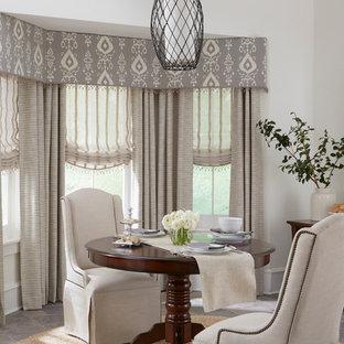 Immagine di una sala da pranzo design chiusa e di medie dimensioni con pareti bianche, pavimento in ardesia, nessun camino e pavimento grigio