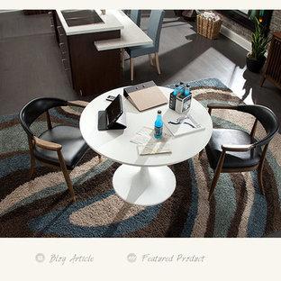 Foto di una sala da pranzo aperta verso la cucina tradizionale di medie dimensioni con pareti rosse, pavimento in vinile e nessun camino