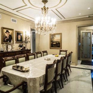 Idéer för att renovera en stor vintage separat matplats, med beige väggar och marmorgolv