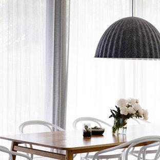 Esempio di una grande sala da pranzo aperta verso la cucina moderna con pareti grigie e pavimento in sughero