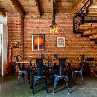 Ejemplo de comedor industrial, abierto, con paredes blancas, suelo de cemento y suelo gris