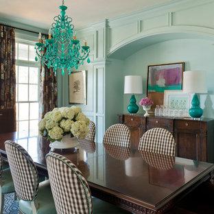 Immagine di una grande sala da pranzo bohémian chiusa con pareti blu, nessun camino, moquette e pavimento blu