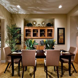 Geschlossenes, Mittelgroßes Tropisches Esszimmer ohne Kamin mit beiger Wandfarbe, hellem Holzboden und Kaminsims aus Holz in San Francisco