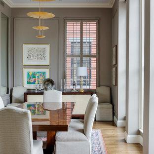 Стильный дизайн: отдельная столовая среднего размера в стиле современная классика с коричневыми стенами и светлым паркетным полом - последний тренд