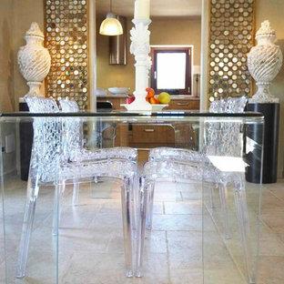 Ispirazione per una sala da pranzo aperta verso la cucina country di medie dimensioni con pareti bianche, pavimento in terracotta e pavimento beige