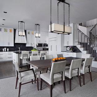 Idee per una sala da pranzo aperta verso la cucina minimal di medie dimensioni con pareti bianche, parquet scuro e pavimento marrone
