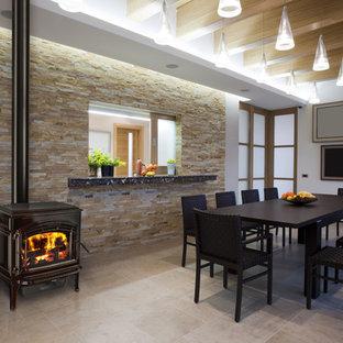 Immagine di una sala da pranzo classica chiusa e di medie dimensioni con pareti bianche, pavimento in travertino, stufa a legna e pavimento beige