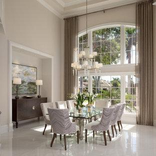 Idee per una grande sala da pranzo mediterranea chiusa con pareti beige, pavimento bianco e pavimento con piastrelle in ceramica