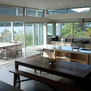 Diseño de comedor de cocina moderno con suelo de pizarra y suelo gris