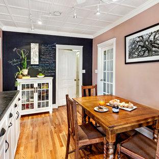 Imagen de comedor de cocina tradicional con paredes rosas