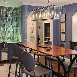 Immagine di una sala da pranzo contemporanea chiusa con pareti viola e parquet scuro