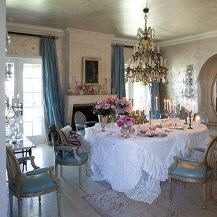 Cette image montre une grand salle à manger style shabby chic fermée avec un sol en bois clair, un mur beige et une cheminée standard.