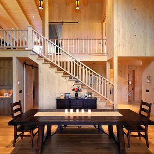 Idee per una sala da pranzo country con pavimento in legno massello medio