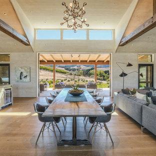 Неиссякаемый источник вдохновения для домашнего уюта: огромная гостиная-столовая в стиле кантри с бежевыми стенами, паркетным полом среднего тона и коричневым полом