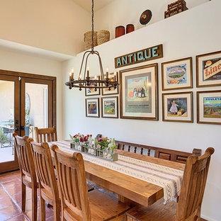 Immagine di una sala da pranzo american style con pareti beige e pavimento in terracotta