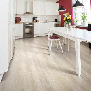 Modelo de comedor de cocina actual, de tamaño medio, sin chimenea, con suelo de madera clara, paredes rojas y suelo beige