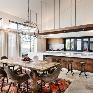 Неиссякаемый источник вдохновения для домашнего уюта: большая кухня-столовая в современном стиле с полом из травертина