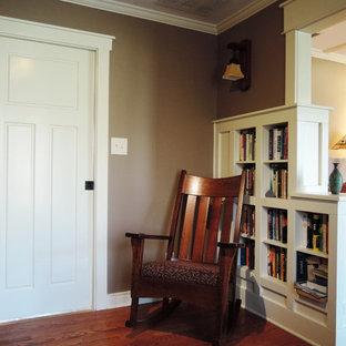 Ejemplo de comedor de estilo americano, pequeño, con paredes marrones y suelo de madera en tonos medios
