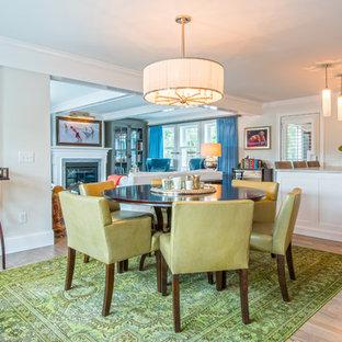 Inspiration för mellanstora klassiska matplatser med öppen planlösning, med vita väggar, ljust trägolv, en standard öppen spis, en spiselkrans i trä och beiget golv