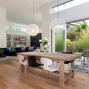 На фото: столовая в стиле модернизм с угловым камином с