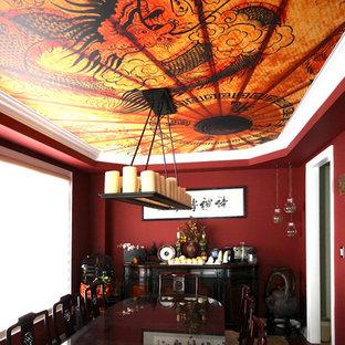 Geschlossenes, Mittelgroßes Asiatisches Esszimmer mit roter Wandfarbe und braunem Holzboden in Toronto