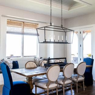 Idee per una grande sala da pranzo aperta verso il soggiorno country con pavimento in legno massello medio, pareti gialle e nessun camino