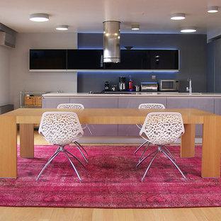 Foto på ett mycket stort funkis kök med matplats, med grå väggar