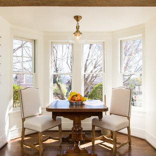 Foto di una sala da pranzo aperta verso la cucina country di medie dimensioni con pareti bianche, pavimento in sughero, nessun camino e pavimento marrone