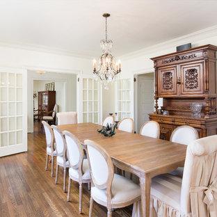 Idee per una grande sala da pranzo chiusa con pareti bianche, pavimento in legno massello medio, nessun camino e pavimento marrone