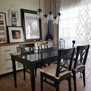 Réalisation d'une petite salle à manger ouverte sur la cuisine marine avec un mur blanc, un sol en vinyl et un sol marron.