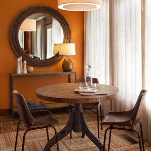 Cette image montre une petite salle à manger ouverte sur le salon bohème avec un mur orange, un sol en carrelage de porcelaine, un sol marron et aucune cheminée.