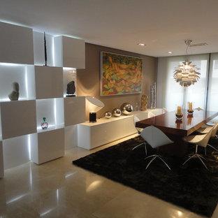 Foto di una grande sala da pranzo moderna con pareti bianche, pavimento in travertino e nessun camino