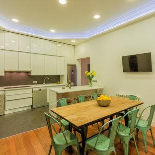 Diseño de comedor de cocina bohemio, de tamaño medio, sin chimenea, con paredes blancas y suelo de madera en tonos medios