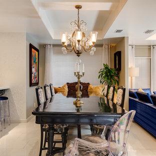 Esempio di una sala da pranzo aperta verso la cucina boho chic di medie dimensioni con pareti grigie e pavimento in gres porcellanato