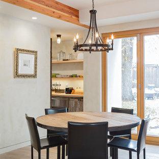 Idee per una sala da pranzo aperta verso il soggiorno stile americano di medie dimensioni con pareti beige, parquet chiaro e pavimento beige
