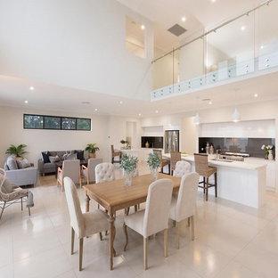 Foto di una grande sala da pranzo aperta verso il soggiorno chic con pareti bianche, pavimento in gres porcellanato e pavimento bianco