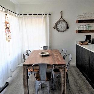Esempio di una piccola sala da pranzo stile marino con pareti bianche, pavimento in vinile e pavimento grigio