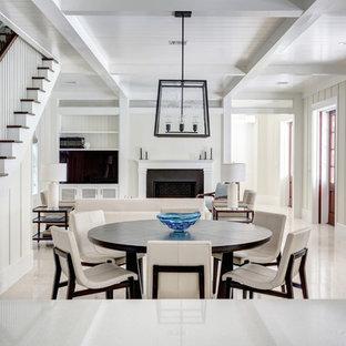 Diseño de comedor marinero, de tamaño medio, abierto, con paredes blancas, suelo de cemento, chimenea tradicional, marco de chimenea de hormigón y suelo blanco