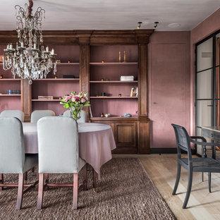 Réalisation d'une salle à manger victorienne fermée avec un mur rose, un sol en bois clair et un sol beige.