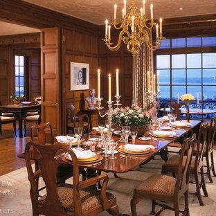 Foto di una sala da pranzo chic chiusa e di medie dimensioni con pareti marroni, moquette e pavimento beige
