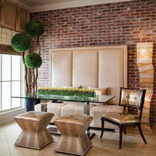 Esempio di una sala da pranzo contemporanea chiusa e di medie dimensioni con pareti rosse, pavimento in travertino e nessun camino