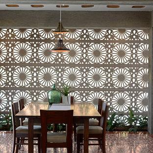 Immagine di una sala da pranzo tropicale chiusa con pavimento multicolore