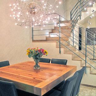 Foto di una sala da pranzo aperta verso la cucina design di medie dimensioni con pavimento in marmo e pavimento beige