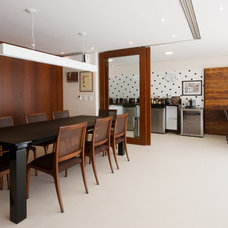 Contemporary Dining Room by Conseil Brasil