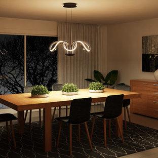 Cette photo montre une grand salle à manger tendance fermée avec un mur beige, un sol en contreplaqué et un sol beige.