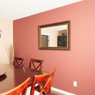 Cette image montre une grand salle à manger traditionnelle fermée avec un mur rose, un sol en bois foncé et aucune cheminée.