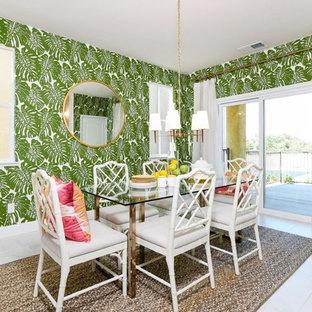 サクラメントの中くらいのトロピカルスタイルのおしゃれなダイニングキッチン (緑の壁、磁器タイルの床) の写真