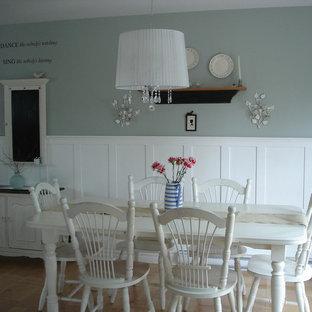 Shabby-Chic-Style Esszimmer mit hellem Holzboden und grauer Wandfarbe in Sonstige