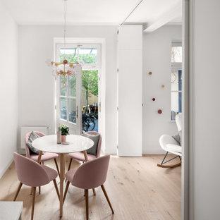 Foto de comedor contemporáneo, pequeño, abierto, sin chimenea, con paredes blancas, suelo de madera clara y suelo marrón